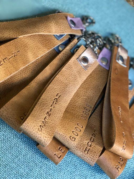 Sleutelhanger, tekst, friends, goodvibes, leer , keychain, keycord, utrecht, handgemaakte tassen, handgemaakt, custom made, customize